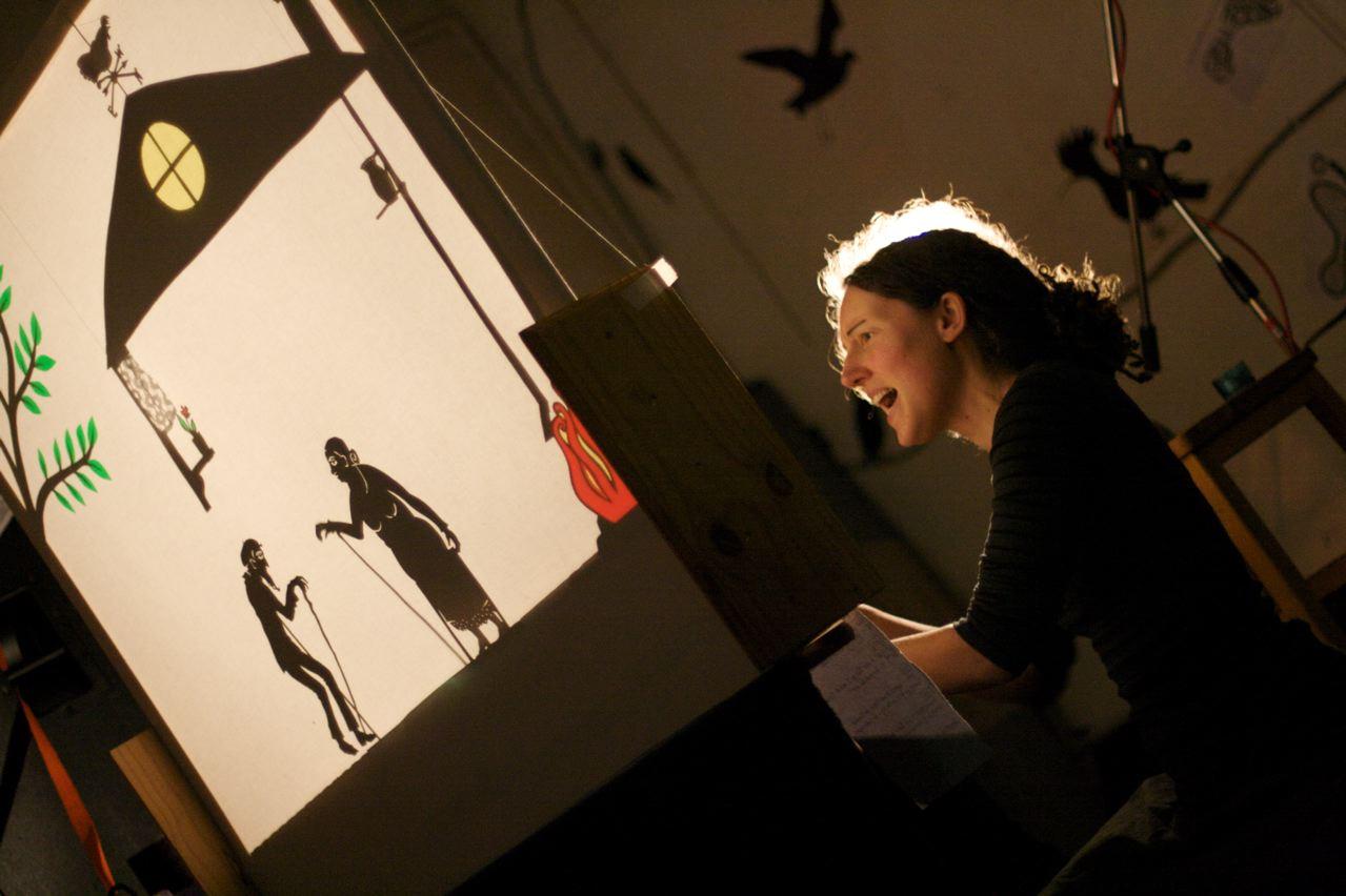 Jo joue une pièce de marionnette d'ombre au Commonplace, Leeds